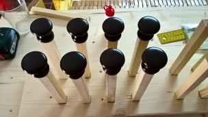 Pro Stockschraube ein Möbelknopf